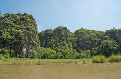 Touristes Asie voyageant dans le bateau le long de la nature la rivière et le bâti Photographie stock