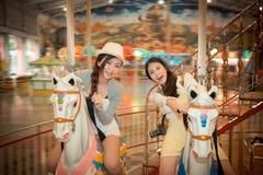 Touristes assez féminins en parc d'attractions Images stock