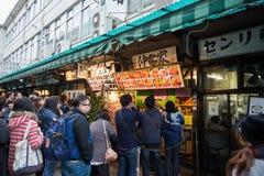 Touristes attendant dans la ligne avant du restaurant de sushi célèbre Photographie stock libre de droits