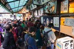 Touristes attendant dans la ligne avant du restaurant de sushi célèbre Photos stock