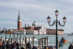Touristes attendant la gondole sur le remblai de San Marco Image stock