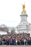 Touristes au Buckingham Palace Images libres de droits