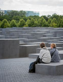 Touristes au mémorial d'holocauste, Berlin images stock