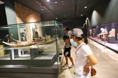 Touristes au musée de Louxor chez l'Egypte Photographie stock libre de droits