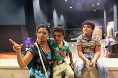 Touristes au musée de Louxor chez l'Egypte Photo stock