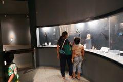 Touristes au musée de Louxor chez l'Egypte Photo libre de droits
