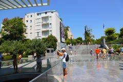 Touristes au musée d'ATHÈNES - la Grèce Images libres de droits