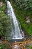 Touristes au point de repère de cascade d'amour Image libre de droits