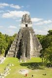 Touristes au temple de Jaguar dans Tikal Photos libres de droits