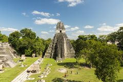 Touristes au temple de Jaguar dans Tikal Photographie stock libre de droits