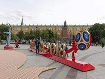 Touristes autour du symbole de la coupe du monde, Moscou Photos stock