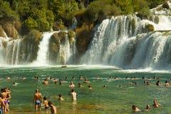 Touristes aux cascades de Krka, Croatie Photographie stock libre de droits