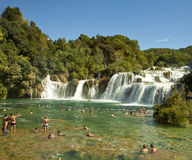 Touristes aux cascades de Krka, Croatie Photos stock