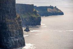 Touristes aux falaises de Moher, le Burren, comté Clare, république d'Irlande photos libres de droits