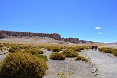 Touristes aux formations de roche de Salar de Tara, dans le désert d'Atacama, la Bolivie Images libres de droits