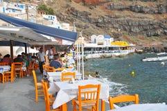 Touristes aux restaurants le long du port d'Ammoudi, Oia Images libres de droits