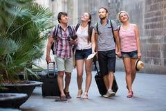 Touristes aux vacances marchant la rue Image stock