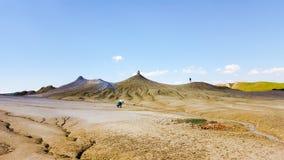 Touristes aux vulcanoes de boue image stock