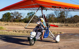 Touristes avant le vol au-dessus de Victoria Falls sur des tricycles Image stock
