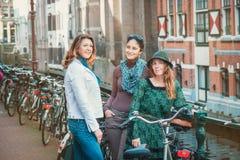 Touristes avec des bicyclettes à Amsterdam Images libres de droits