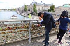 Touristes avec des cadenas d'amour, Paris Photos stock