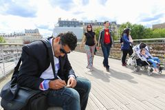 Touristes avec des cadenas d'amour, Paris Images stock