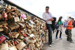 Touristes avec des cadenas d'amour, Paris Image stock