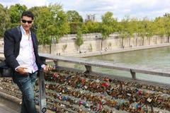 Touristes avec des cadenas d'amour, Paris Photographie stock libre de droits