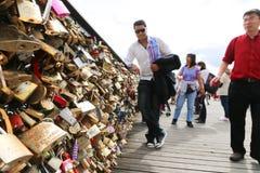Touristes avec des cadenas d'amour, Paris Photo libre de droits