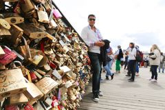 Touristes avec des cadenas d'amour, Paris Image libre de droits
