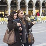 Touristes avec des pigeons sur les bras Photo stock