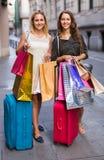 Touristes avec des valises et des paniers Photo libre de droits