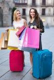 Touristes avec des valises et des paniers Photo stock