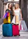 Touristes avec des valises et des paniers Images stock
