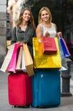 Touristes avec des valises et des paniers Photos libres de droits