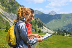 Touristes avec la carte Photos libres de droits