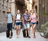 Touristes avec la carte et l'appareil-photo Image stock