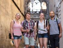 Touristes avec la carte et l'appareil-photo Photographie stock