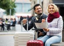 Touristes avec la carte et le bagage photo stock