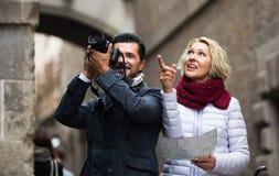 Touristes avec la carte et le bagage images stock