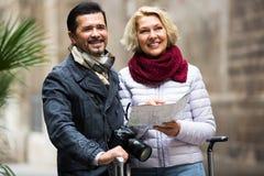 Touristes avec la carte et le bagage photos stock