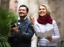 Touristes avec la carte et le bagage photos libres de droits