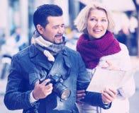 Touristes avec la carte et le bagage photographie stock libre de droits