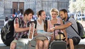 Touristes avec la carte explorant la destination de ville Image libre de droits