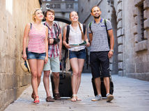Touristes avec la carte explorant la destination de ville Images stock