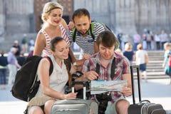 Touristes avec la carte explorant la destination de ville Photo stock