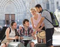 Touristes avec la carte explorant la destination de ville Photographie stock