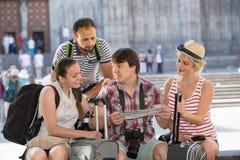 Touristes avec la carte explorant la destination de ville Images libres de droits