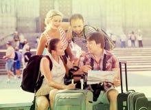 Touristes avec la carte explorant la destination de ville Photos stock