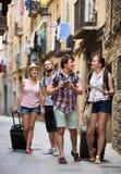 Touristes avec la marche d'appareil-photo et de carte Photographie stock libre de droits